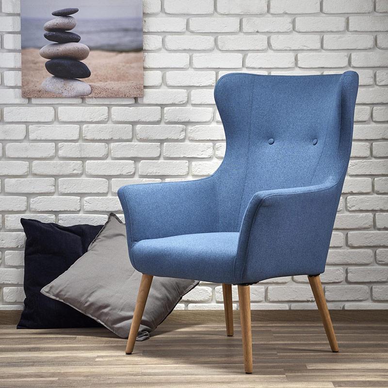 Интериор със синьо класическо кресло с дамаска и дървени крака