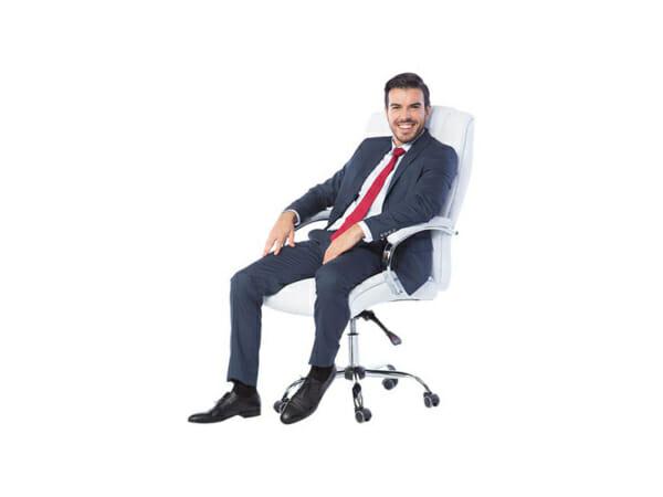 Мъж седнал върху бял кожен президентски офис стол