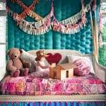 Детска стая с тапицираната стена