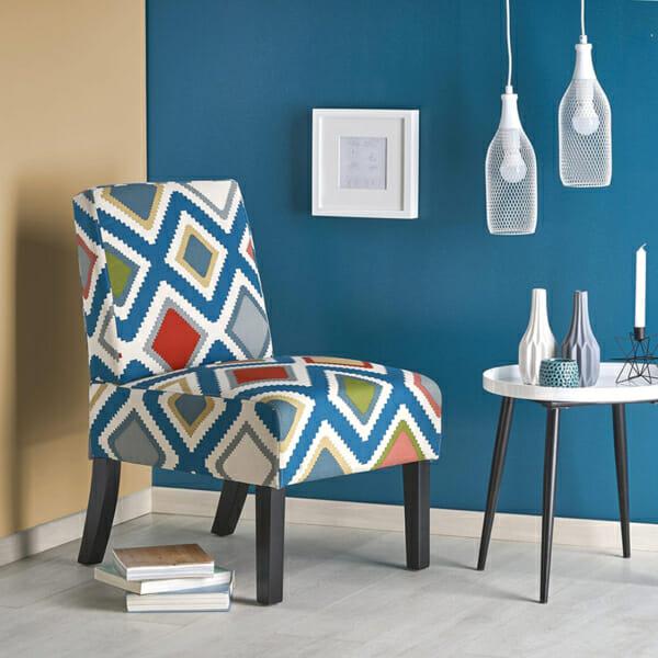Стол със шарена дамаска и черни дървени крака като декоративен акцент