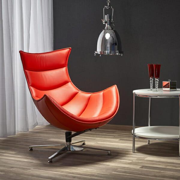 Червено кожено кресло с яйцевидна форма-интериор