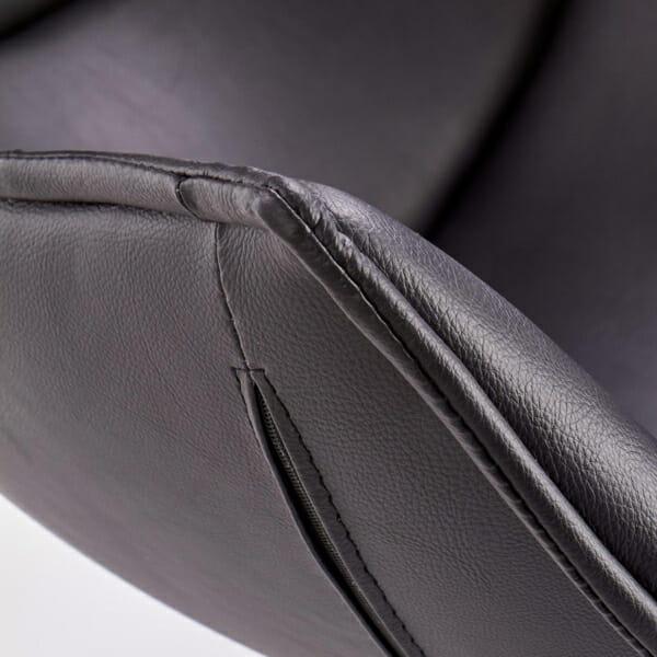 Черно кожено кресло с яйцевидна форма-снимка отблизо