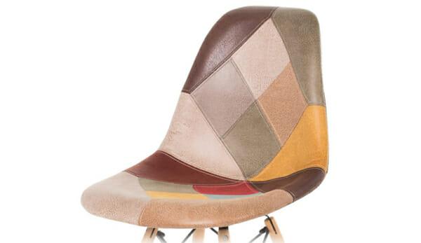 Шарен стол на кръпки с дървени крака-снимка отблизо