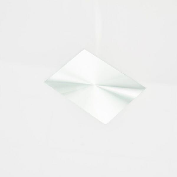 Кръгла трапезна маса със стъклен плот в бял цвят-снимка отблизо