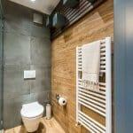 Модерна тоалетна в дърво и бетон