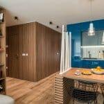 Модерна кухня в синьо и естествено дърво