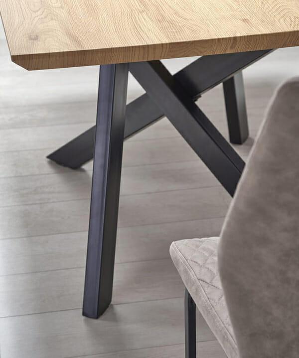 Правоъгълна разтегателна маса в индустриален стил-снимка на краката отблизо