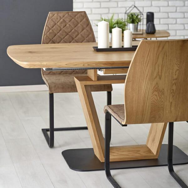 Разтегателна трапезна маса с нестандартен дизайн-снимка отблизо