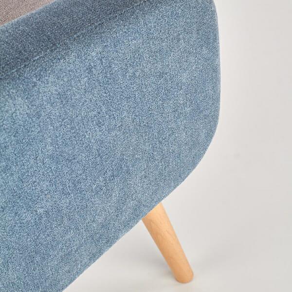 Комфортно двуцветно кресло с дървени крака-снимка на тапицерията