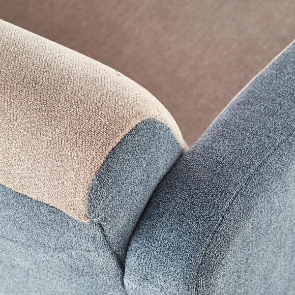 Комфортно двуцветно кресло с дървени крака-снимка на тазпицерията отблизо