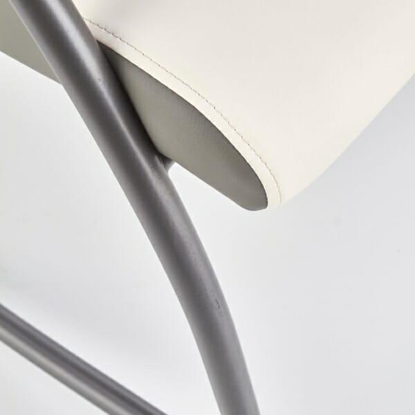 Модерен люлеещ се стол в бяло и сиво - отблизо