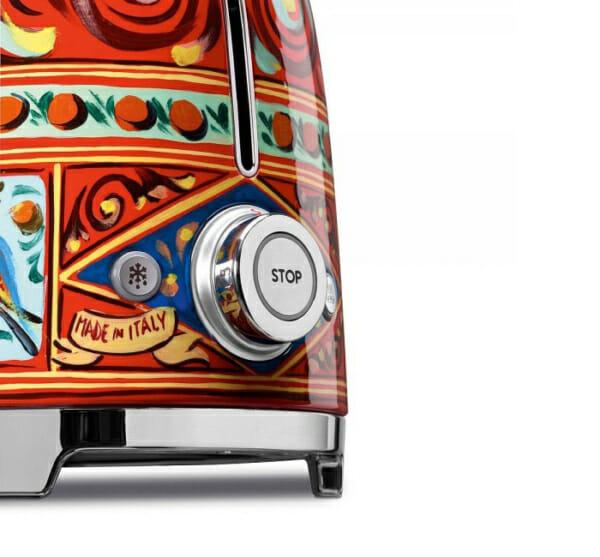 Тостер с ретро дизайн SMEG Dolce and Gabbana-снимка отблизо