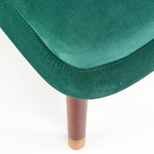 Тъмнозелен тапициран стол с извита облегалка-снимка отблизо