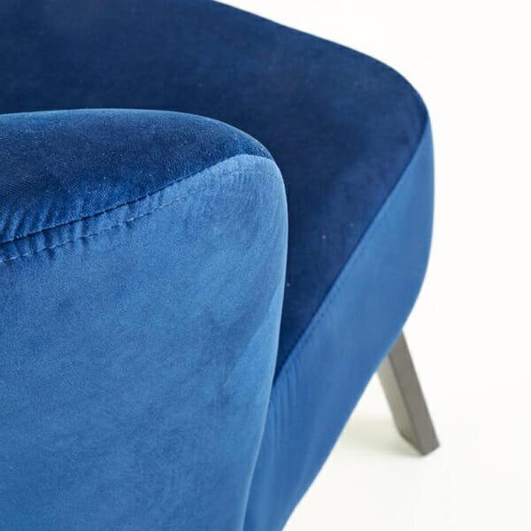 Тъмносин тапициран стол с извита облегалка-снимка отблизо