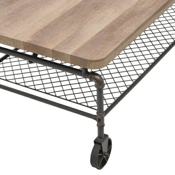 Холна маса с дървен плот и тръбна конструкция - отблизо