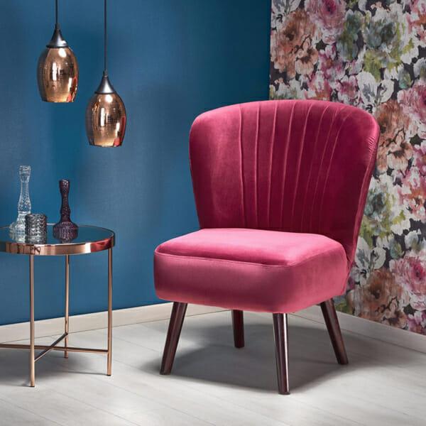 Червен тапициран стол с извита облегалка и дървени крака-във фоайе