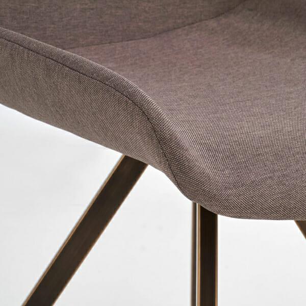Модерен сив стол с метални крака-снимка на дамаската отблизо