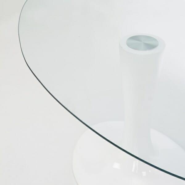 Стъклена трапезна маса с елегантна визия - отблизо