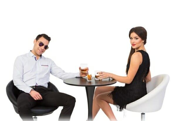 Кръгъл нисък бар стол с облегалка и маса с хора