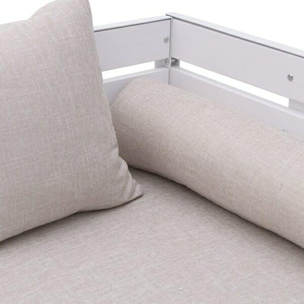 Триместен диван с оригинален дизайн в бяло - отблизо