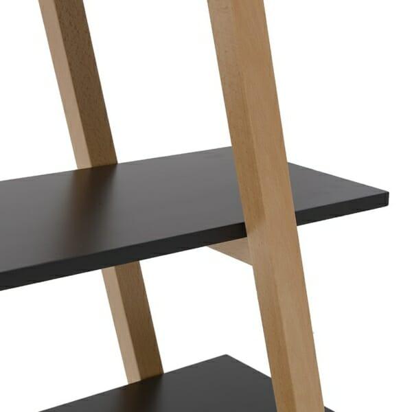 Триъгълна етажерка като стълба в черно отблизо