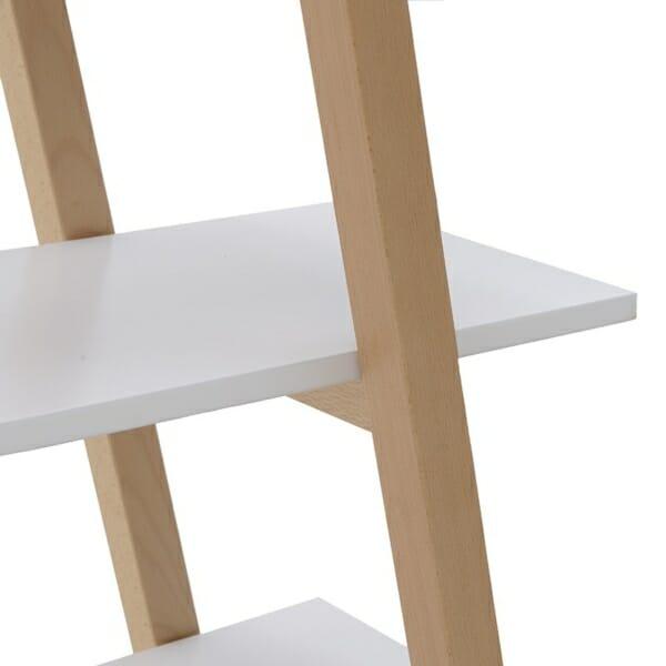 Триъгълна етажерка като стълба в бяло отблизо
