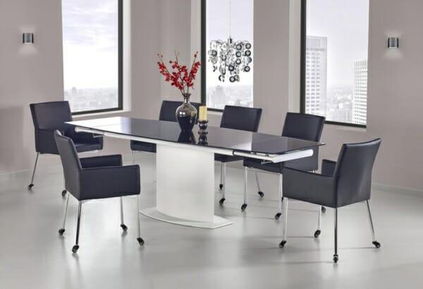 Черни столове около заседателна маса