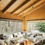 Всекидневна в едноетажна къща от дърво