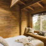 Дървена спалня с панорамен прозорец