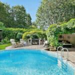 Къща с двор и басейн
