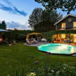 Семейна къща с голям двор и басейн