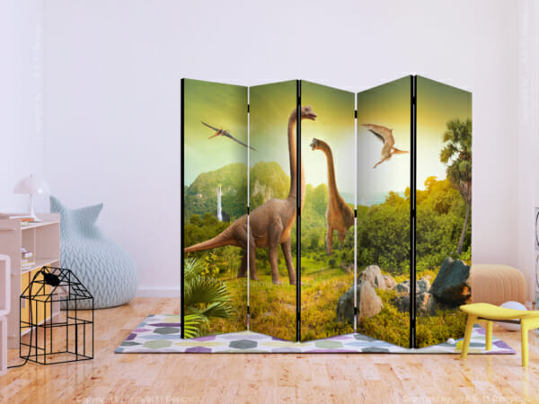Декоративен параван с динозаври разпънат в стая