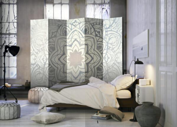 Двустранен разделител за стая с мандала в бяло и сиво - 5-крилен