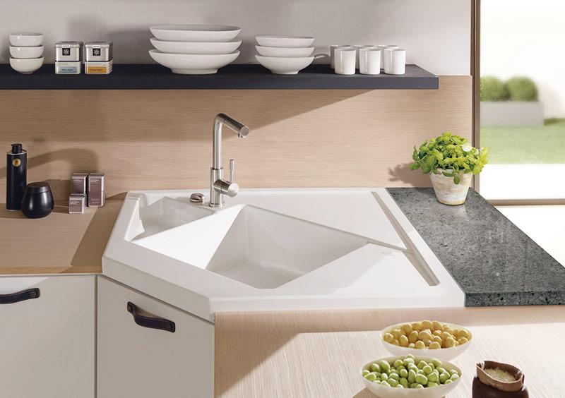 Ъглова мивка монтирана на ъглова кухня