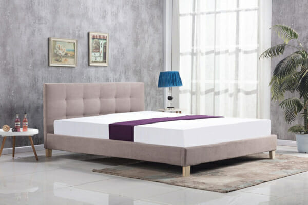 Бежово тапицирано легло в модерен стил на крачета