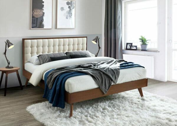 Елегантно тапицирано легло в цвят бежово и орех на крачета