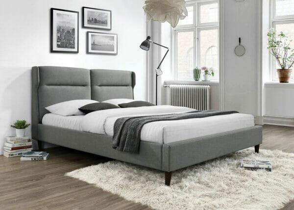 Сиво легло с тапицерия на крачета-снимка отблизо