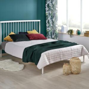 Бяло метално легло на крачета в минималистичен стил