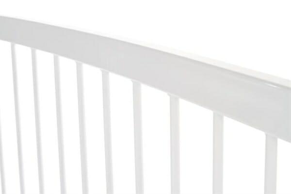 Бяло метално легло - отблизо