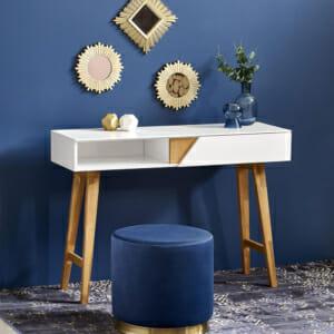 Бяла конзола маса с дървени бежови крака в скандинавски стил