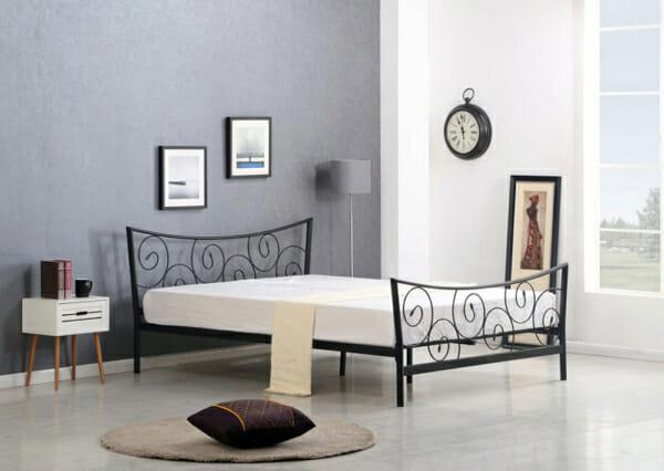 Черно метално легло с орнаменти