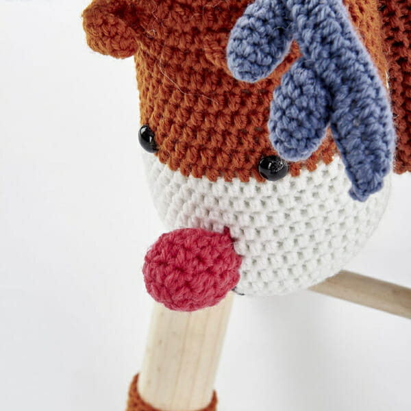 Цветна детска табуретка във формата на еленче - изглед отблизо