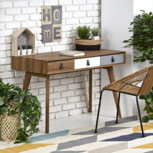 Дървено работно бюро с 3 декоративни чекмеджета