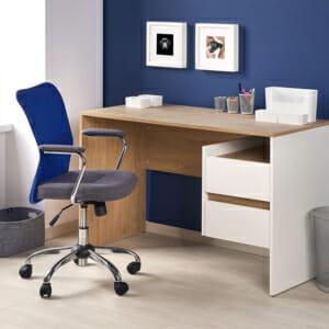 Дървено работно бюро в бяло и цвят дъб с две чекмеджета и рафт