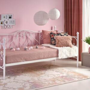Бяло единично легло с орнаменти