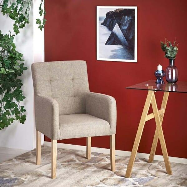 Кресло от масивно дърво и дамаска в светли тонове - интериорна