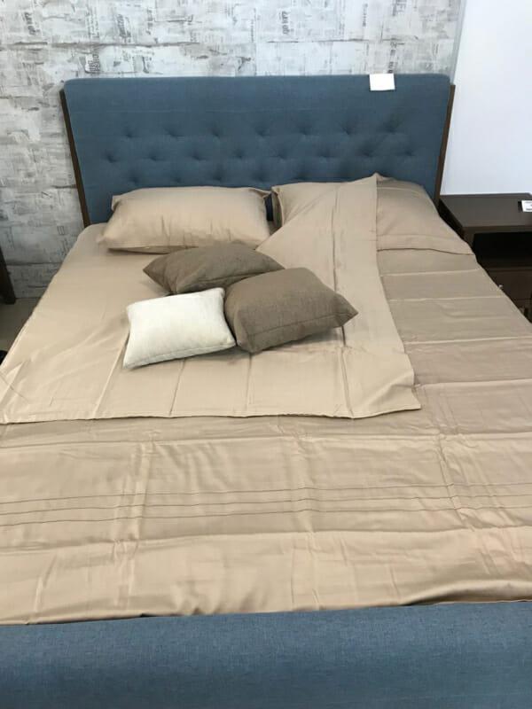 Спалня в синьо и тъмен орех