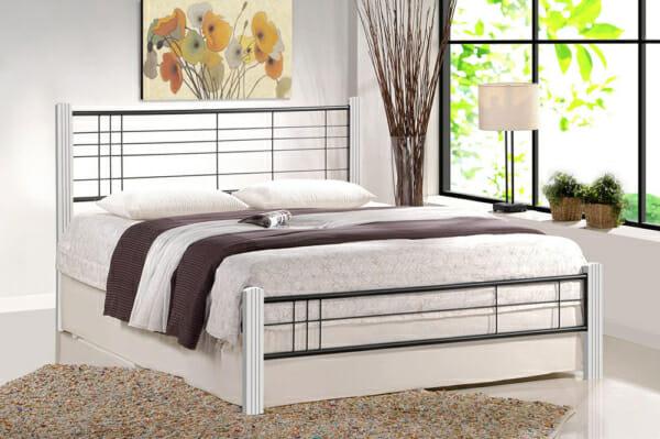 Метално легло с дървени крачета - бяло и черно