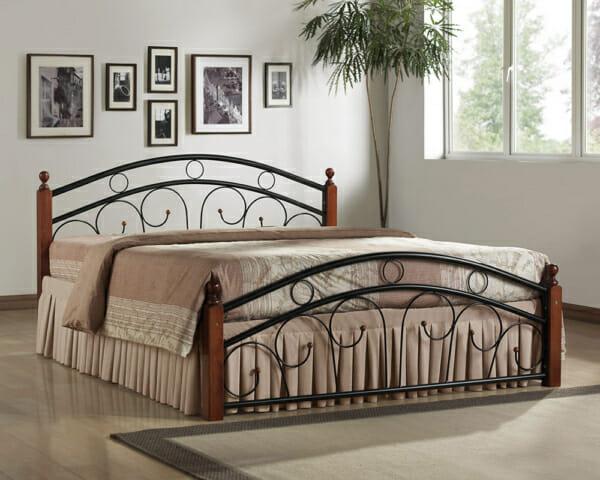 Метално легло с орнаменти и дървени крачета