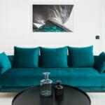 Синьо-зелен диван с холна маса